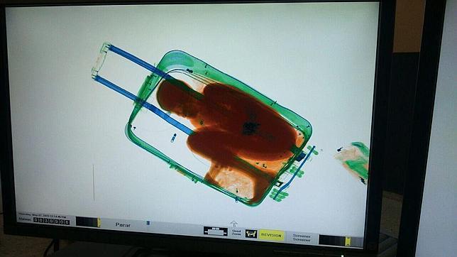 Cárcel para el padre que metió a su hijo en una maleta - Niño migrante en maleta