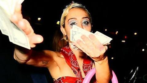 Miley Cyrus lanza dólares a paparazzis - Foto de ABC.es