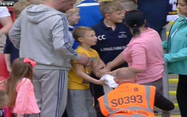 Mujer arrebata playera de futbolista a niño - Foto de Daily Mail Online