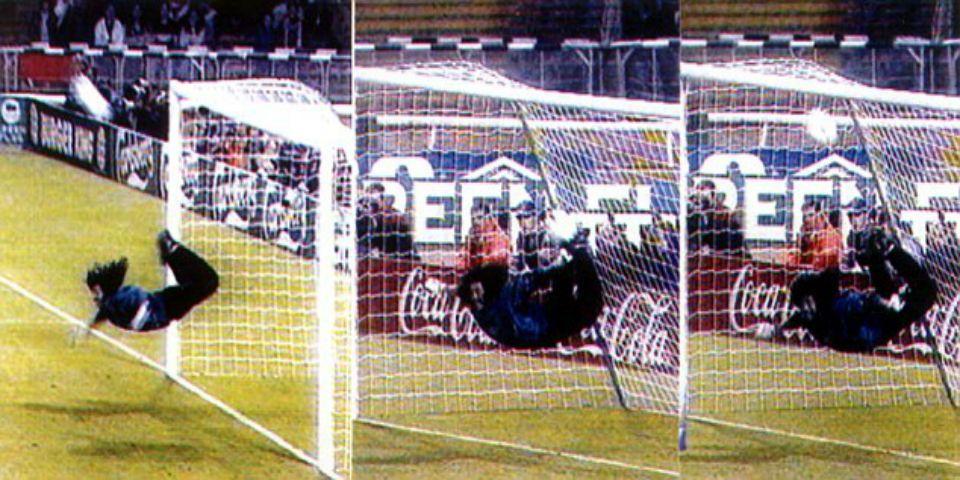 Mi escorpión es la mejor jugada de la historia: Higuita - Foto de Daily Mail.