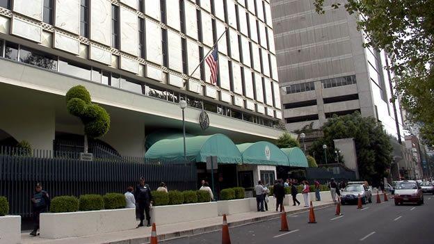 Protestan normalistas de Ayotzinapa en embajadas del D.F. - Foto de Cuartoscuro