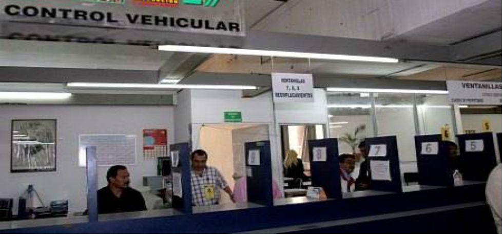 Cuatro detenidos durante operativo en módulo de licencias del D.F. - Foto de El Universal