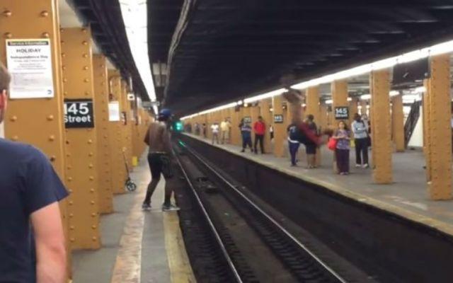 Un hombre falla en su intento por saltar vías del metro - Foto de YouTube.