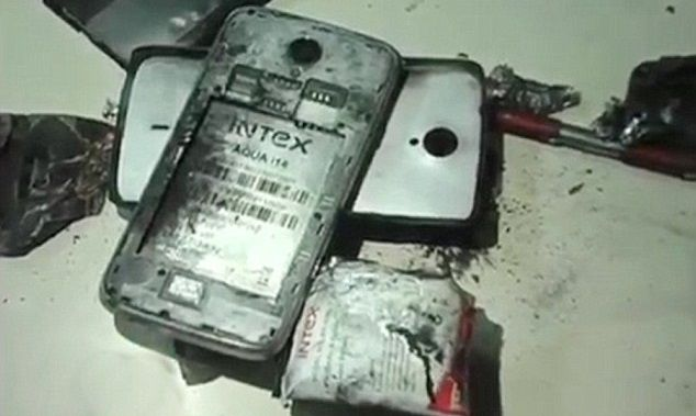 Celular explota provocando quemaduras en usuario de la India -  He was treated for injuries to his left eye, ear and chest at a private hospital and then moved to Simmer hospital in Sahara Darwaja in Surat, but he is reported to be out of danger.  The shocked victim was at his friend Kanti Patel's timber mart in Punagam when the unusual accident happened as he put the phone to his ear.  The burning device then dropped to a desk where it set fire to some paper and blackened the surface.  Punagam police took statements from the victim in hospital and handed them to health and safety experts who have launched an investigation.  They are examining what is left of the mobile phone which suddenly blew up. It is not known what the make of it was, or whether it was an old phone.  (ends)