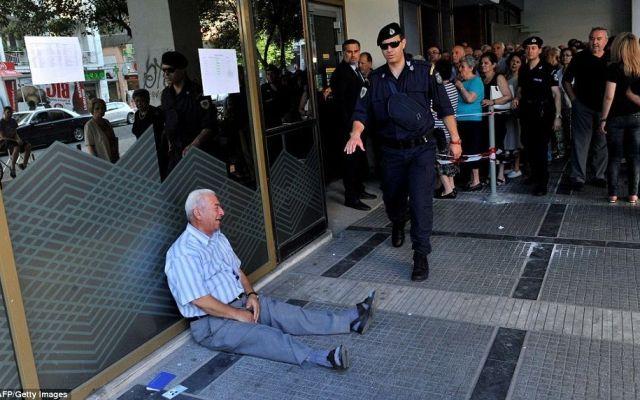 Pensionado griego llora frente al banco