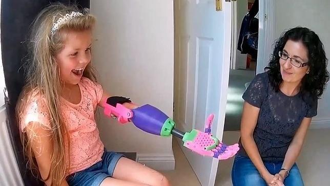 Video: niña recibe nuevo brazo hecho en impresora 3D - Foto de YouTube