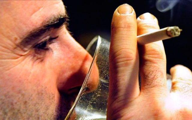 Fumar mientras se toma alcohol aumentaría la resaca - Foto de Reuters