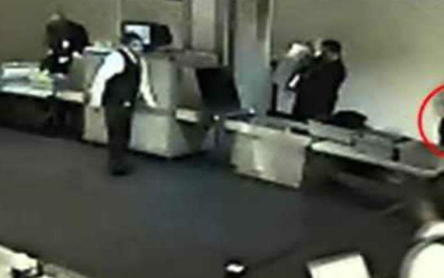 Personal tiene facultad de revisar maletas: Agencia General de Aduanas - Foto de Youtube