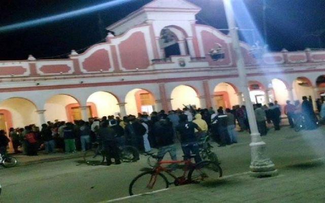 Obligan a funcionarios de Chiapas a caminar descalzos por obra inconclusa - Foto de Reforma