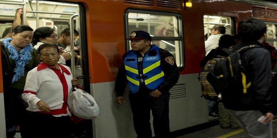 Remiten a 382 vendedores ambulantes del Metro - Foto de Cuartoscuro.