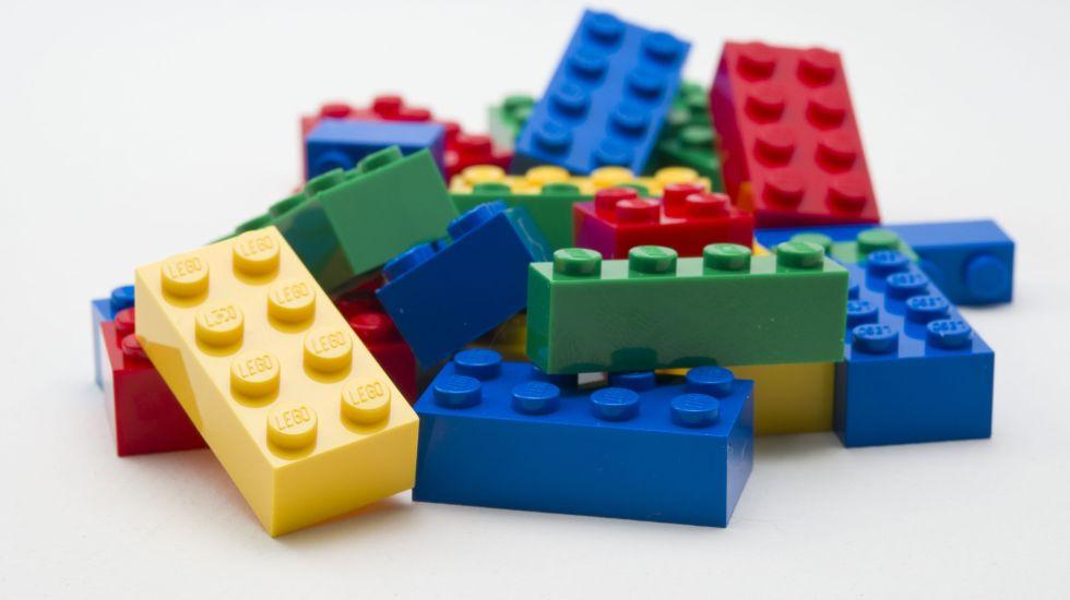 Empleado usó dinero de la Universidad de Harvard para comprar Legos