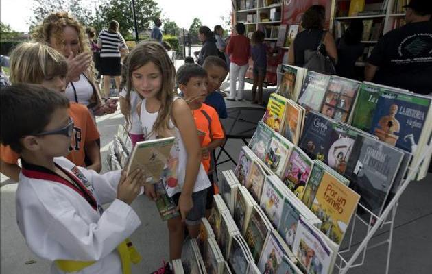 Menos del cuatro por ciento de adolescentes leen - La Librería Rodante recorrerá diversas escuelas primarias estadounidenses para fomentar la lectura en español