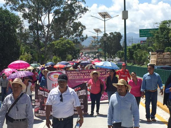 Maestros de la CETEG marchan en la Autopista del Sol - Foto de La Jornada