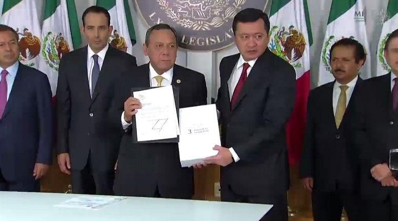 Osorio Chong entrega Tercer Informe de gobierno - Foto de Presidencia