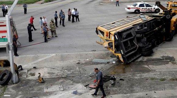 Dos estudiantes mueren por accidente de autobús escolar