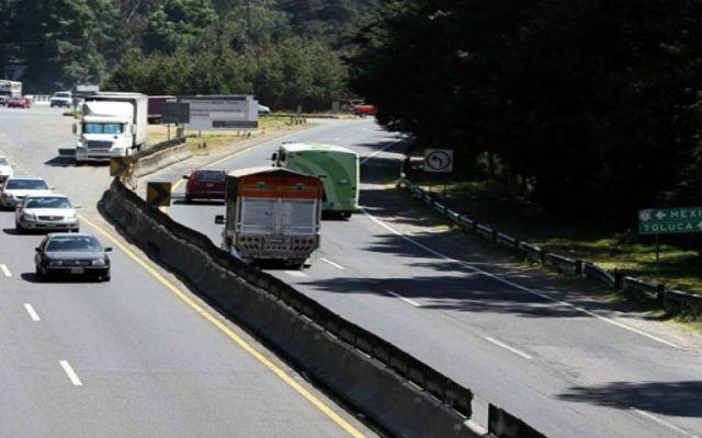 Deslave provoca cierre de carril en la México-Toluca - Foto de Internet