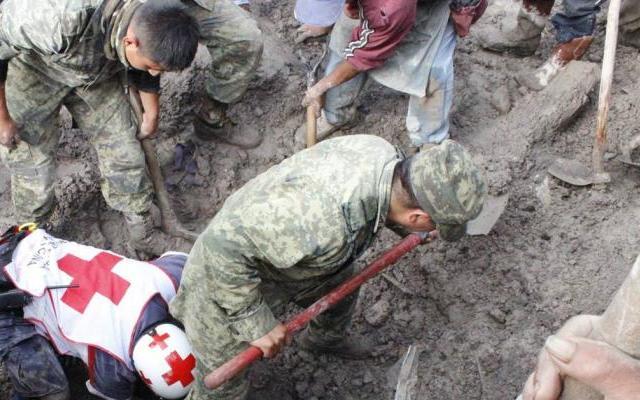 Cerro desgajado deja una familia sepultada en Veracruz - Foto de El Universal