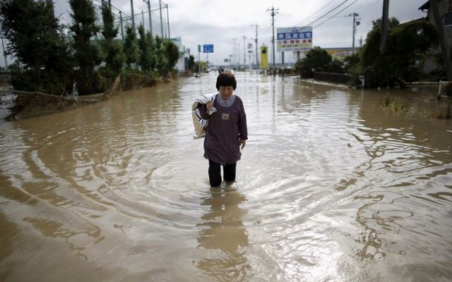 Continúa el rescate de personas por inundaciones en Japón - A local resident wades through a residential area flooded by the Kinugawa river, caused by typhoon Etau, in Joso, Ibaraki prefecture, Japan, September 11, 2015. Unprecedented rain in Japan unleashed heavy floods on Friday that tore houses from their foundations, uprooted trees and forced more than 100,000 people from their homes. REUTERS/Issei Kato TPX IMAGES OF THE DAY