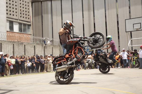 Acróbatas en motocicleta llegan a penal de Santa Martha Acatitla - Foto de @Hazaelruizo