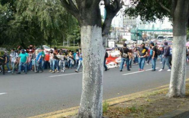 Normalistas bloquean Autopista Siglo 21 de Morelia - Foto de El Universal