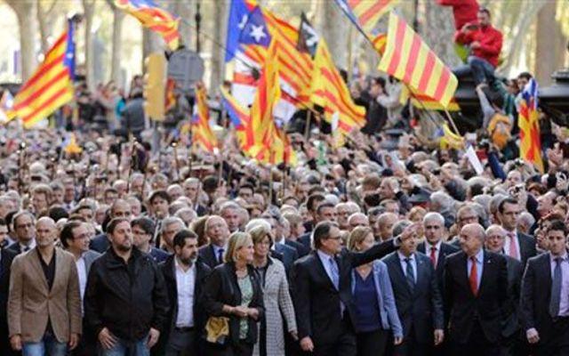 Independentistas catalanes amenazan con levantar suspensión a DUI - Foto de AP