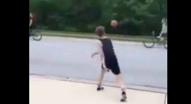 Video: tira a joven de su bicicleta con un balón