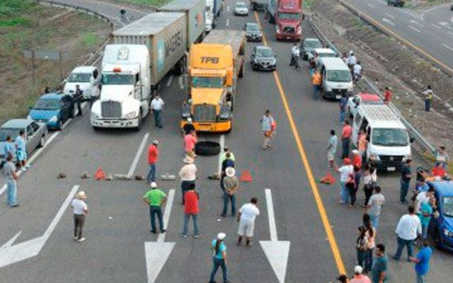 CNTE bloquea autopista Siglo 21 en Michoacán - Foto de Quadratín
