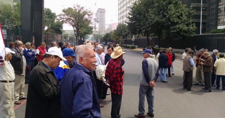Jubilados de Pemex afectan circulación vial en Marina Nacional - Foto de Twitter