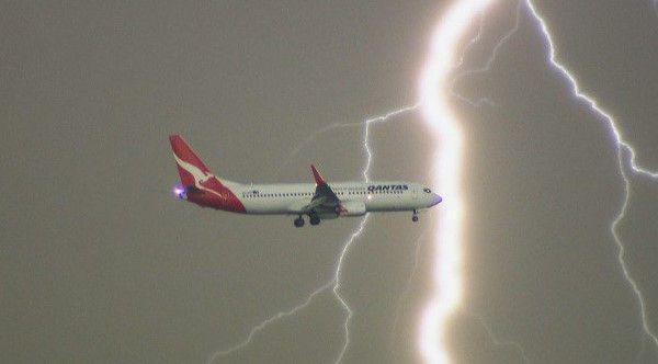 Video: rayo cae cerca de avión en Australia