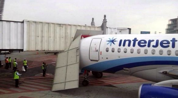 Avión impacta contra módulo en el AICM - Foto de @Radio88puntoFM