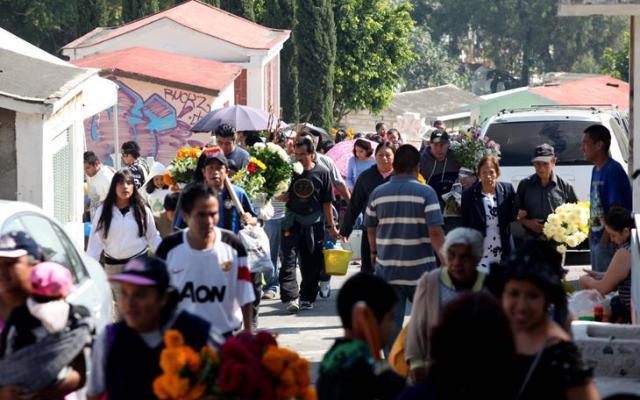 Panteones de Iztapalapa superan los 40 mil visitantes - Según las creencias el día 1 de noviembre las almas de los muertos pequeños llegan a la tierra a visitar a sus seres queridos - Foto de El Universal