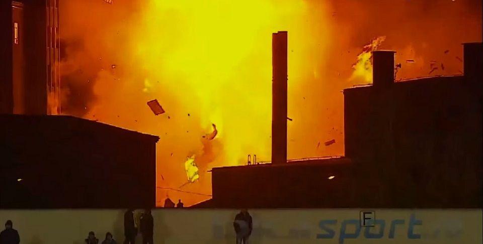 Video: estalla fábrica durante juego de futbol