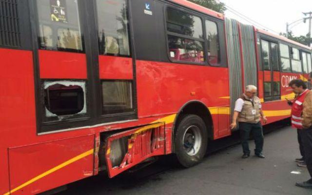 Chocan tráiler y Metrobús en Eduardo Molina
