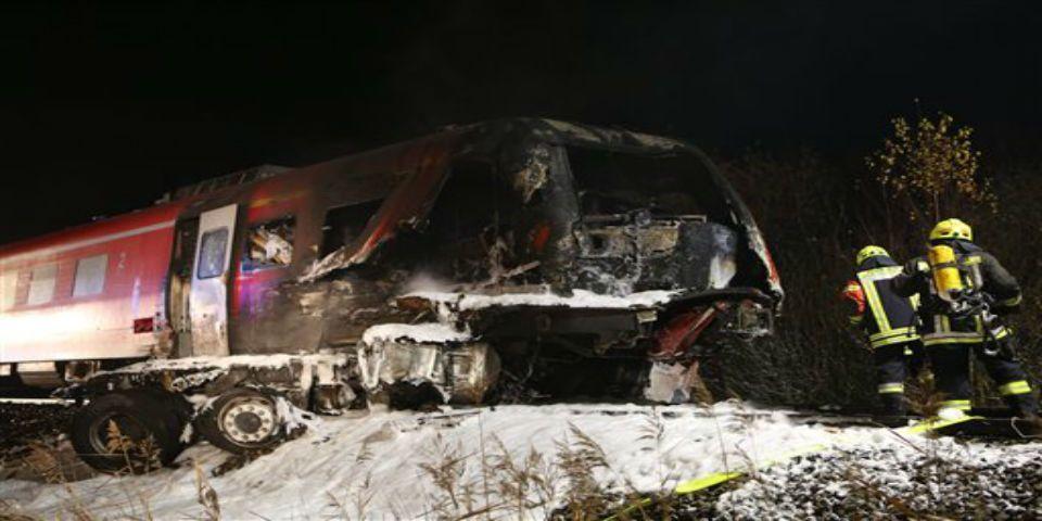 Choque de tren con un camión deja un muerto - Foto de AP