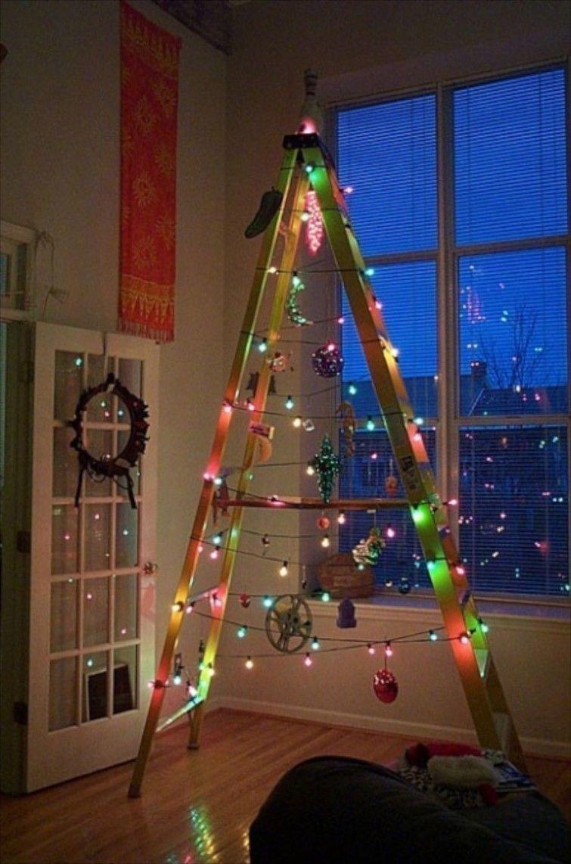 2db0146860e ... usar todo para decorar tu casa. ¿Quién dice que la escalera que solo se  utiliza ocasionalmente no puede servir para hacer de su casa un hogar  navideño