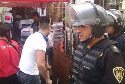 Granaderos y ambulantes se enfrentan en Tepito. Foto de Milenio