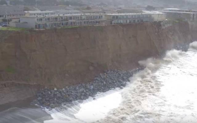 Desalojan a vecinos porque sus casas podrían caer al mar - Foto de YouTube