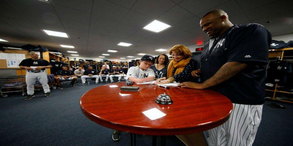 Yankees contrata a niño con discapacidad - Foto de Twitter