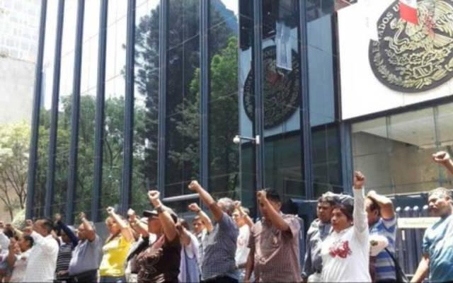Padres de normalistas inician recorrido por embajadas de Polanco - Foto de Twitter