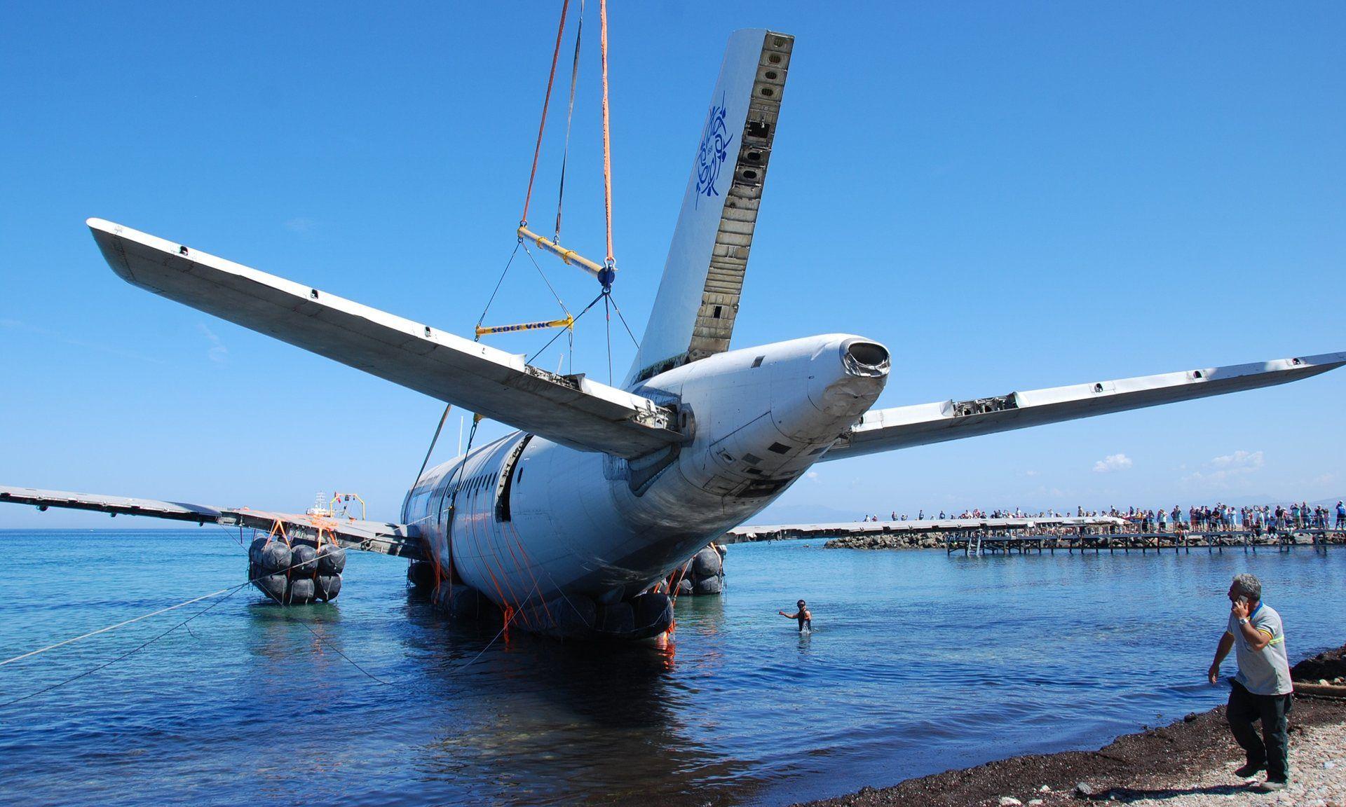 Preparando el avión para el hundimiento. Foto de The Guardian