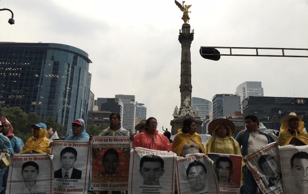 Padres de los normalistas de Ayotzinapa también marchan en la Ciudad de México