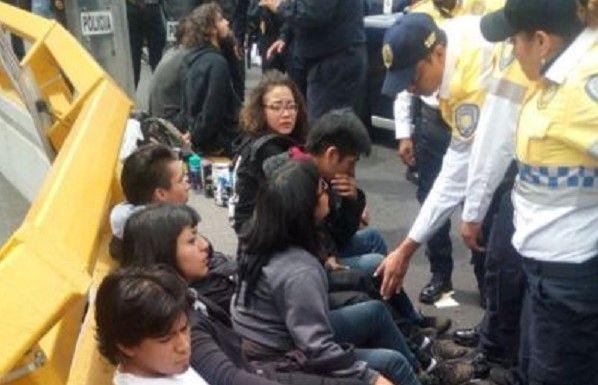 Detienen a nueve capitalinos durante manifestación por los hechos en Oaxaca - Foto de Emeequis