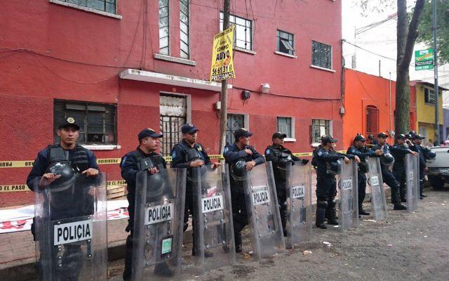 Detienen a líder de la Asamblea de Barrios tras desalojo de edificio en la Escandón - Foto de @marco_cadenam