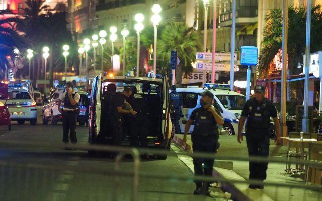 Peruano salva su vida en Niza escondiendose bajo un auto - Foto de @Nice_Matin