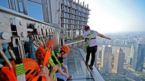 Rascacielos en China permite caminar al filo de 340 metros de altura - Foto de Internet