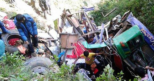 Desbarranca autobús en Nepal. Hay 33 muertos - Foto de internet