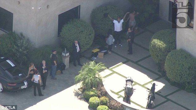 Policías rodean casa de Chris Brown - Foto de Daily Mail