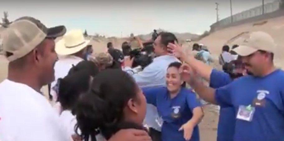 Permiten a familias de migrantes abrazarse por 2 minutos en la frontera con EE.UU.