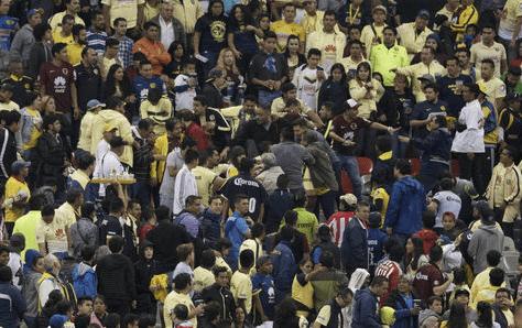 Se desata la violencia en el Estadio Azteca tras goleada en el clásico