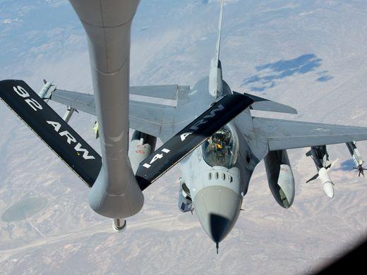Así abastecen de combustible a un avión en el aire